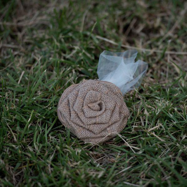 Μπομπονιέρα πορτοφόλι τριαντάφυλλο από λινάτσα